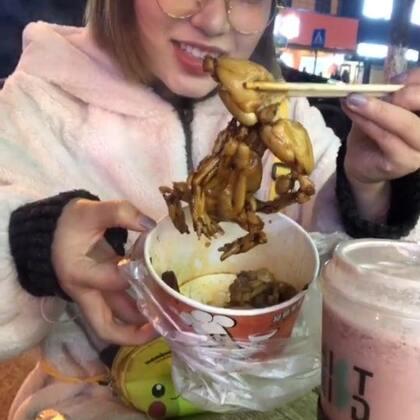 今天来汉阳吃这个牛蛙,结果竟然在我爸爸这附近,于是我又带他们去吃好吃的,旁边那个哥哥跟我从小长到大的青梅竹马,可惜新娘不是我哈哈哈哈#吃秀##美食##全民吃货拍#