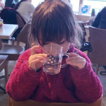 要当淑女,从学习优雅的喝水开始#混血萝莉##小团子#