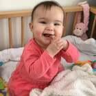 #宝宝##精选##荷兰混血小小志&柒#看她一眼就笑,一不看她就悲伤,其实小丫头想要抱抱... ...这手势是打算出牙吗