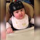 当宝宝们遇到食物时的反应,太可爱了哈哈哈…😂 第四个挪板凳的宝宝你是认真的的吗?怎么跟我小时候一个德行!😂 #外国视频精选#