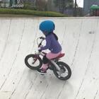 在碗池里和自己比赛,越来越快~脚踏已经磕到池壁了,要不然还能再高点吧🚴🏻♀️#宝宝骑自行车##自行车##宝宝#