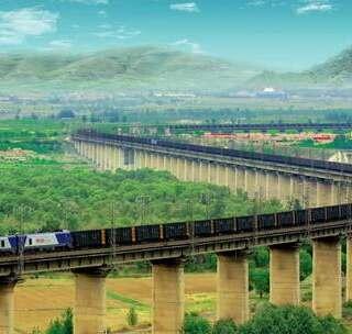 【中国最长火车,4千米长,走1个小时都走不到头!】高铁早已成为广大旅客的出行首选,中国的铁路网越织越大,其中有条线路的火车是中国最长的,那就是起于山西省大同市止于河北省秦皇岛市的大秦铁路火车,它长达4000米,而澳大利亚西部还有一条7千米长的火车。#旅行##河北##山西#
