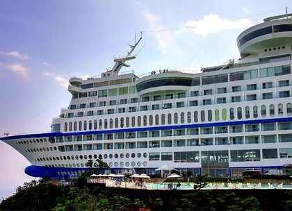 【世界最牛酒店之一,把轮船挂在悬崖边上,住一晚最少500元! 】游轮本身也给人带来一种浪漫的气息,但是有的人坐在游轮上估计会晕船,韩国江陵太阳游轮快艇度假村就有一座酒店是用游轮做的,它一艘退役的豪华游轮改造,使它成为韩国最受欢迎的酒店之一。#旅行##游轮##韩国#