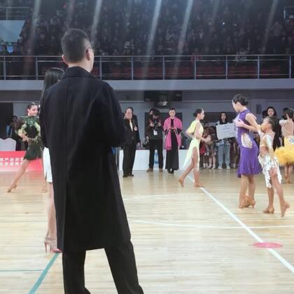 上海圆梦舞蹈:CBDF北京院校杯,10岁宴孜参加14岁女单A,荣获冠🍉🏆。本次比赛宴孜参加的所有拉丁组别均为冠🍉。加油,宴孜!#我要上热门##少儿拉丁舞##余宴孜#
