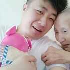 看看奶奶有多高兴吧!😁也许奶奶在想,只要我以后还健在,相信这小子会和他爸爸一样孝顺,父母是孩子最好的老师!👍#热门##搞笑##宝宝#