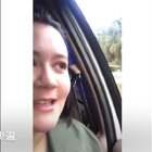 爸爸每次都要拦下女儿的车,就只为了看女儿一眼,没想到女儿的回应是这样的,哈哈哈哈太可爱了~😍 #外国视频精选#