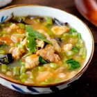 家里常吃的汤版小酥肉~老少皆宜哈。豆角也可以换成蒜苔,土豆等~给小雨吃,所以肉块炸的小一点。干炸小酥肉的做法在上一期哈#家常菜##地方美食#
