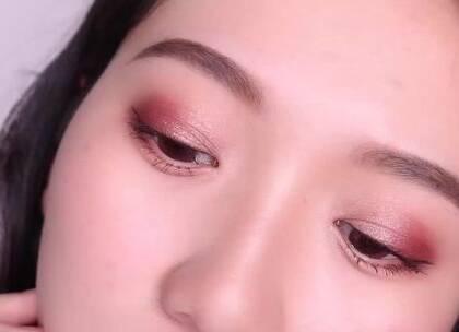 #抹茶视频##美妆##女神# 这次用到Nars的这盘限量眼影打造2款非常日常的眼妆哦,说它日常,但也是有小心机在里面的哦,快来看看这只妆教吧!