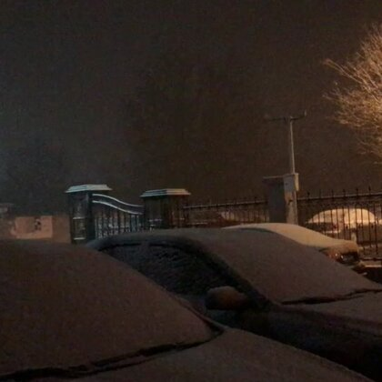 北京的天气啊,前两天热的还是穿T恤,今天又回到冬天了。雪一片一片的又回来了😂#北京又下雪了#