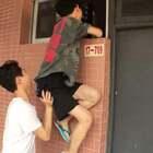 在学校宿舍,每次没带钥匙都会爬窗进去#搞笑#
