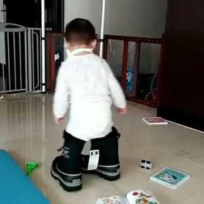 婴儿咕咕穿大鞋😂😂😂#宝宝##热门#