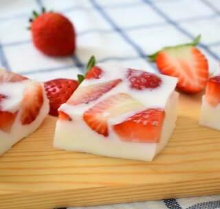 草莓冻,抓住草莓的尾巴,做一道美味降温又高颜值的下午茶。转赞评抽一位送视频中的小奶锅)#i like 美食##美食##甜品#