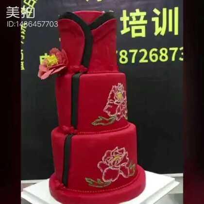 #美食##翻糖蛋糕培训##甜品#中国风翻糖蛋糕,首次做,见笑,给个意见,四位学员合作作品。其他三位不敢露面,怕丑。做了一天,只为了你的一个赞。。😂,