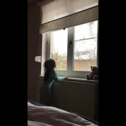 娜酱叫我起床,她说擦干净窗户我就可以看到我外面天气很好,就可以起床了,还边哼小曲,哈哈😄#精选##宝宝##i like 美拍#