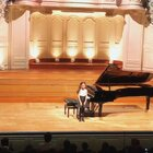 在巴黎四大音乐厅之一,面对近千观众毫不怯场,用心表达她的小得意、小忧伤。老师说每次演奏要根据厅的大小、演奏用琴的音色等各种因素调整自己的表演。在现场的老师和场外的师公都很满意她的表现,她也是第一个得到观众喝彩的孩子。再见,舒伯特F小调音乐瞬间。#音乐##钢琴#
