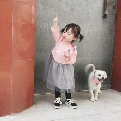 前几天还在苏州,转眼就到了贵州😂刚来咩咩就想爷爷奶奶和犬犬嘟嘟了,一进屋就开始满屋找,可怜巴巴的😣没事丫头,我们以后会常回去的😘辛苦爷爷奶奶了❤️#宝宝##宝宝成长记录##宠物#