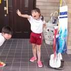 五月五是日本的男儿节,家里有男孩的都要装饰鲤鱼旗🎏,太后今天特意赶在两小只回来前把鲤鱼旗装好,YUKI一回来就嫌弃太小了!SHUNKI倒是很兴奋,各种好pose!😄隔离领居家的忒大了...不能比!@宝宝频道官方账号 #宝宝##我要上热门##lisaerli日本生活#