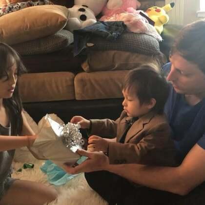 第二段!姐姐的礼物和妈妈的礼物🎁小鸽子给爸爸写了好多卡👍用自己的零花钱买了一只小水晶鸡,因为爸爸是属鸡的😊女儿就是有心!不愧称为小棉袄👍我的礼物真的是盯着这块表盯好久啦!就等着最好的折扣时候入手!真的佩服自己的购物能力!总是买到高大上,折扣又低的商品!#爸爸拆礼物环