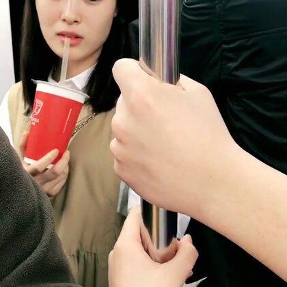 地铁秀恩爱合集2.0版,路人们的表情一个比一个亮哈哈哈哈😂