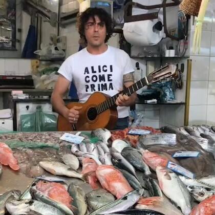 意大利西西里卖鱼哥的情怀。😂#精选##度假#