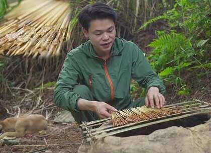 做了一个竹烤架,把鸭肠串成串,放在土窑上烤,烤出来的的鸭肠嚼劲十足,撒上辣椒粉,吃上100串都不够!#美食##我要上热门##搞笑#