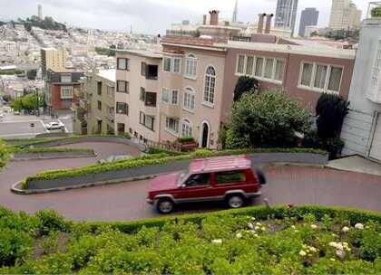 【世界上最弯的街道:有8个急转弯,一言不合就翻车】位于美国旧金山朗博德街就有一段路上,一共有8个急转弯,华人习惯称之为九曲花街,司机开这段路的时候,必须紧盯着车道缓慢爬行,两边是花坛,不同的季节来到这里也是不同的景色。#旅行##美国##九曲花街#