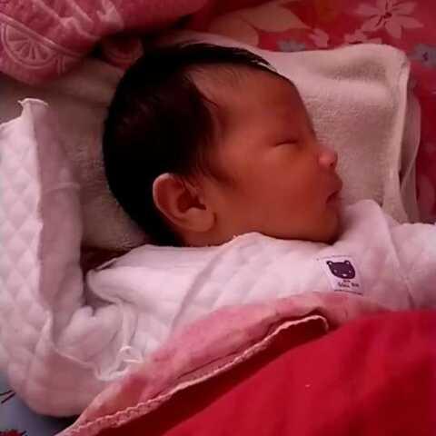 【~$文哥和吃货奶奶$~美拍】睡着了的宝宝,居然还笑了啊!神...
