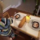 美国加州3岁的小宝宝Tydus,想要给妈妈一个惊喜。于是精心准备了一份大餐等她回来,虽然你认真的样子很可爱。但看到最后我真的忍不住爆笑啊...😂
