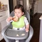 Louis吃大鸡腿🍗姐姐小时候不喜欢吃肉,喜欢吃蔬菜。路宝比较好养是有啥吃啥,嘿嘿#宝宝# 另外给大家推荐Louis吃的D3滴剂,DHA鱼油,可以直接滴在食物或者奶水里哦!么么哒!