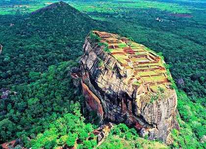 """【世界上最霸气的古国之一,建在180米巨岩之上,深藏密林几千年!】有着""""印度洋明珠""""之称的斯里兰卡,狮子岩是一个必须要到达的地方,这是一座橘红色的空中宫殿,就像一只巨大的雄狮,几千年来一直深藏在密林里,直到19世纪才被偶然发现,从此震惊世界。#旅行##斯里兰卡##狮子岩#"""