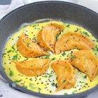 饺子(包子)吃的时候除了比较常见的蒸和煮,我们还可以煎着吃,煎着吃的好处是比蒸煮来的香,闻着更有食欲。 有的妈妈会说,油煎宝宝不会上火吗?别急别急,这不是真正意义上的煎,只需要先刷薄薄一层油,将饺子底煎硬脆,加水焖煎,靠水蒸气将饺子/包子蒸熟。#精选##美食##一日五餐辅食#