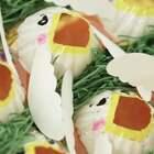 手工DIY:用鸡蛋盒自制一个小玩具,宝妈宝爸可以引导宝宝把食物投喂到每一个的小鸟口中,锻炼宝宝手眼协调和手部精细运动。#宝宝##育儿# @美拍小助手 贝贝粒,让育儿充满欢笑。