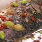 【鲫鱼烧毛豆】今天想跟你分享的是一个很适合懒人的菜。肥美的鲫鱼骨肉分明,在表面划了几刀更好入味,佐以香料和有嚼劲的毛豆子,简单又能震得住场子。#小羽私厨# 