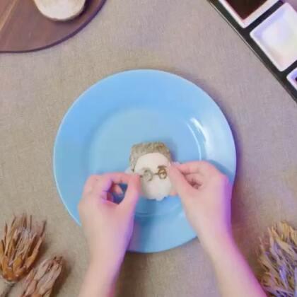 【大晨子秒变饭团】什么?大晨子被吃了?!真相是小潮把饭团做成了他~配上鸡肉T-shirt、海苔眼镜、火腿肠红领巾,做好了送给他尝尝~#美食#