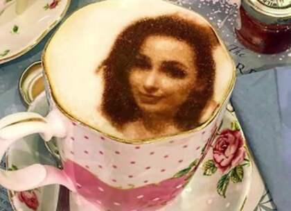 【世界上最奇葩的咖啡馆,30秒将自拍照印在咖啡上,你会喝吗?】咖啡馆是很多文艺青年喜欢的地方,很多人喜欢喝那种花式的咖啡,有着各种各样美丽的图案,在英国伦敦则是出现了欧洲第一家自拍咖啡馆,其中高科技的3D喷墨式打印机是关键。#旅行##咖啡馆##文艺#