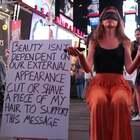 真正的美丽不在于外表,而在于你内心的强大!❤️ 一女孩子在纽约时代广场,让大家一点一点剪掉她的头发,向众人展示真正的美丽是什么!!其实你揭掉眼罩的时候是最美的~ #外国视频精选#