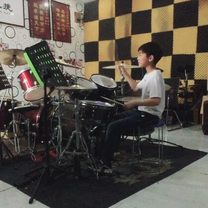 小不点儿演奏《rock drum fill》。六连音的手脚配合演奏,速度均予,连贯好听。加重音移位。轻松流畅自然。半开镲的感觉很好。👍👌音色控制也很好👌👍