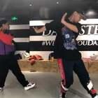 关于街舞努力的方法有很多种,不好意思!大家久等啦! 新加坡大师课最后一节课堂视频来袭。放下手头的工作、释放2天,我们一起去交朋友去看世界,每个人都需要来一场说走就走的大师课@美拍小助手 @舞蹈频道官方账号 #晒偶像大赛##大师课workshop##舞蹈#