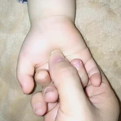 #宝宝#宝宝半夜哭闹,惊吓到了,可以按揉小天心,位置在中指弯曲内扣能碰触的位置,这样做2/3分钟,镇定安神,小伙伴们记得双击哦