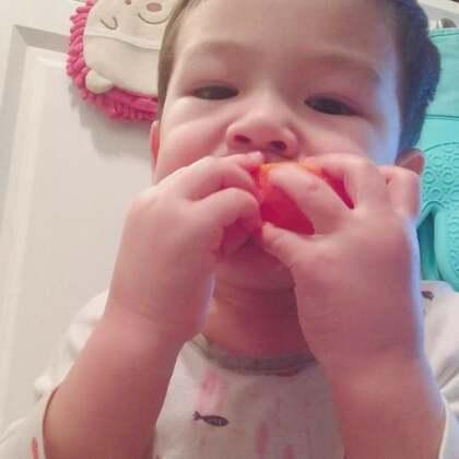 #宝宝#蹲地上吃橘子🍊喜欢看他吃东西的样子……