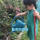 家里好多东西都买了迷你版给他用 包括浇花的,扫把😂#宝宝##Yusen十六个月#