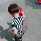 从刚出门就开始hai了呀、我以为他爸爸那么好买瓶水出去喝的、结果加水箱得水😂今天有爸爸在、就没有正眼看过我、有点嫉妒呀、最后趁我不在和amy妹妹三个人玩起了泥沙、有点脏……#宝宝##鱼和amy3岁+##郊外#