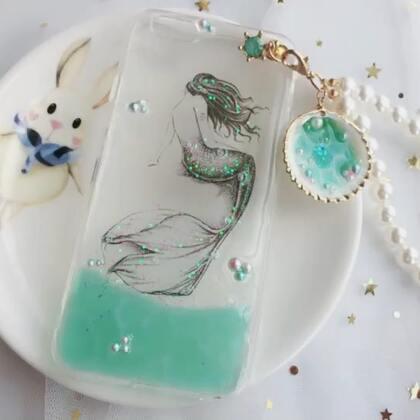 #水晶滴胶#在大海的最深处,有一个人鱼王国。王国里有一条可爱的小美人鱼,名叫爱丽儿。还记得小时候经常听的童话故事吗😘#滴胶手机壳##手工#