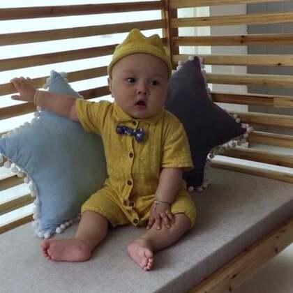 宝贝9个月15天写真❤️#宝宝#刚睡醒一脸懵懵的,怎么逗都不笑哈哈哈