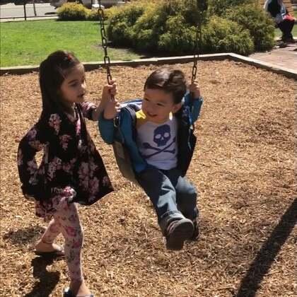 #宝宝#春天的曙光在前方🙏在小公园和穆斯林一家三个哥哥姐姐玩得很开心,小姐姐主动推了很长时间的秋千。后来还要求我推她,她说的不是英语,不过我明白了她的意思。