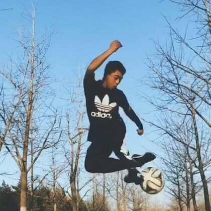 天气暖和后,身体终于活动开了#足球##花式足球##运动#