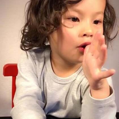 #宝宝##育儿# 德国很多婴幼儿的营养补充剂口感都非常好 我每次都得防着玛雅 特别是DHA软胶囊 因为这货拿它当糖果🍬😂 而且现在会利用椅子翻箱倒柜 更可恶的是 她会和弟弟分享😱