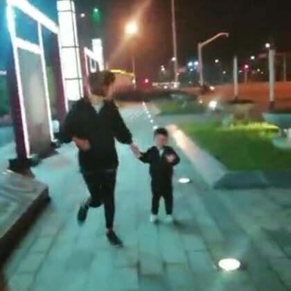 往常在澳洲跑步的时候,有Dan爸在照顾DanDan。现在就交给奶奶照顾,但小家伙才不答应呢。一定要跟着妈妈后面拼着吃奶的力气跑,最后实在跑不动了,宝妈没有办法,就只能抱着他跑,就当是重量训练吧!💪😜@宝宝频道官方账号 @美拍小助手 #宝宝##健身##我要上热门#