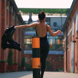 震惊!美女当街甩手撒狗粮😳@奔奔奔啊奔👑 快来看看奔奔老师的新舞蹈作品😘#waacking##广州Speed舞团#