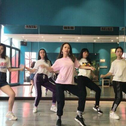 真是一个基础又好看的编舞呀!!!大家都好棒! 一节课就学完了一个舞👏👍所以最近结课视频有点多哈哈#hurtin me##mina myoung##mina myoung#